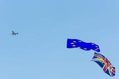 Maschinenflugzeug mit Fahnen EU und Brexit Lizenzfreie Stockfotografie