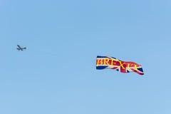 Maschinenflugzeug mit Fahnen schlug Referendum auf vereinigtem Kingd vor Stockbilder