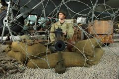 Maschinengewehr und Soldat Lizenzfreie Stockfotos