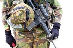 Maschinengewehr- und Soldatsturzhelm Stockbilder