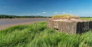 Maschinengewehrbunker des Weltkriegs 2, der über der Kehre des Flusses Severn schaut, stockbild