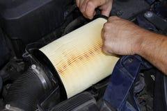 Maschinenluftfilter-Teiländerung durch Automechaniker Lizenzfreie Stockfotos