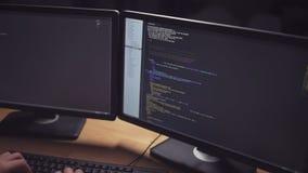 Maschinenspracheskript auf den Monitoren stock footage