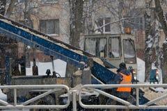 Maschinerie mit Schneepflugreinigungsstraße durch das Entfernen des Schnees von der Intercitylandstraße nach Winterblizzard lizenzfreie stockbilder