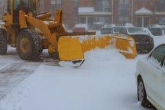 Maschinerie mit Schneepflugreinigungsstraße durch das Entfernen des Schnees von Intercity nach Winterschneesturm Stockbilder