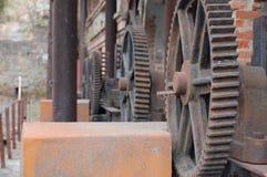 Maschineriegänge auf der alten Fabrik Stockfotos
