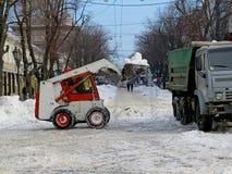 Maschinerieschneekanone Naturkatastrophen Winter, Blizzard, starke Schneefälle gelähmt die Stadt, Einsturz Schnee bedeckte den Wi Lizenzfreie Stockfotos