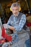Maschinist in seiner Garage lizenzfreie stockfotografie