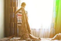 Maschio adulto che fa un letto, concetto f di servizio di camera di albergo fotografia stock libera da diritti