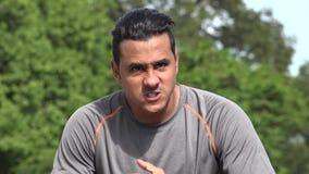 Maschio adulto ispano atletico arrabbiato video d archivio