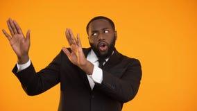 Maschio afroamericano alla moda divertente che fa i movimenti ballanti, modello per l'annuncio stock footage