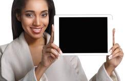 Maschio afroamericano giovane di risata che tiene un PC della compressa del cuscinetto di tocco su fondo bianco isolato Immagine Stock Libera da Diritti