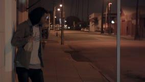 Maschio afroamericano potabile in vicolo video d archivio