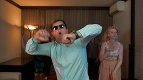 Maschio allegro del nerd con i vetri che ballano e che fanno festa stock footage