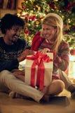 Maschio allegro e regali di Natale di scambio femminili fotografia stock libera da diritti