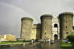 Maschio-angioino Schloss in Neapel mit Regenbogen stockfotos