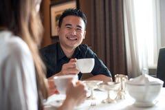 Maschio asiatico ad un caffè fotografie stock libere da diritti