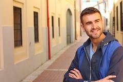 Maschio attraente che sorride all'aperto isolato Fotografie Stock Libere da Diritti