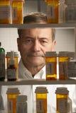 Maschio bianco con i farmaci da vendere su ricetta medica Immagine Stock