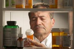 Maschio bianco con i farmaci da vendere su ricetta medica Fotografia Stock Libera da Diritti