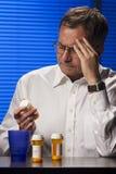 Maschio bianco con i farmaci da vendere su ricetta medica Immagini Stock Libere da Diritti