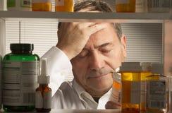 Maschio bianco con i farmaci da vendere su ricetta medica Immagini Stock