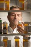 Maschio bianco con i farmaci da vendere su ricetta medica Fotografia Stock