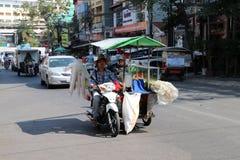Maschio cambogiano del giro del venditore ambulante del succo della canna da zucchero il motociclo di tre ruote del suo chiosco c fotografie stock libere da diritti