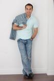 Maschio casuale in jeans e camicia di golf Fotografia Stock