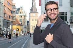 Maschio che chiama dal telefono da una città europea Immagine Stock Libera da Diritti