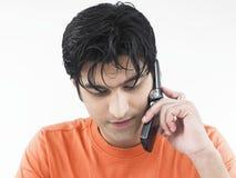 Maschio che comunica sul suo telefono delle cellule Immagini Stock Libere da Diritti