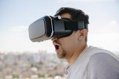 Maschio che indossa i vetri virtuali Fotografia Stock