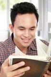 Maschio che legge un libro Fotografie Stock Libere da Diritti