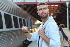 Maschio che mostra impazienza alla stazione ferroviaria Fotografie Stock Libere da Diritti