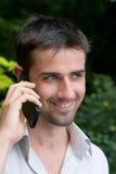 Maschio che per mezzo del telefono mobile fotografia stock
