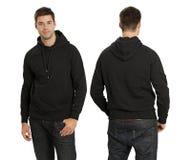 Maschio che porta hoodie nero in bianco Fotografia Stock