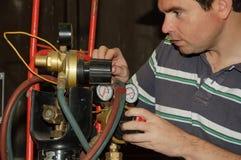 Maschio che registra una miscela del gas della saldatura Fotografia Stock