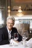 Maschio che si siede al ristorante Immagine Stock Libera da Diritti