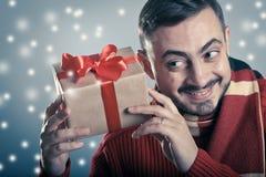 Maschio che tiene un contenitore di regalo rosso del nastro Fotografie Stock