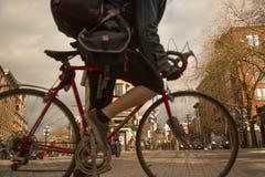 Maschio che va in bicicletta attraverso il distretto di Vancouver Gastown del punto di riferimento Fotografia Stock