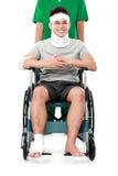 Maschio con il bracciolo ed il piede rotti facendo uso di sedia a rotelle fotografie stock libere da diritti