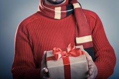 Maschio con il contenitore di regalo rosso del nastro Fotografia Stock