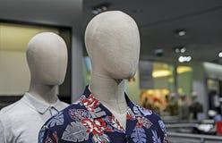 Maschio del manichino con i vestiti di estate Manichino maschio in un boutique fotografia stock libera da diritti