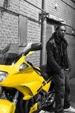 maschio dell'afroamericano che si leva in piedi i giovani urbani Immagine Stock Libera da Diritti