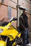 maschio dell'afroamericano che si leva in piedi i giovani urbani Fotografie Stock