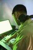 Maschio DJ che per mezzo della strumentazione mescolantesi. Immagini Stock