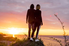 Maschio e femmina sportivi su una scogliera Concetto di vittoria Fotografie Stock Libere da Diritti