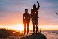 Maschio e femmina sportivi su una scogliera Concetto di vittoria Immagini Stock Libere da Diritti