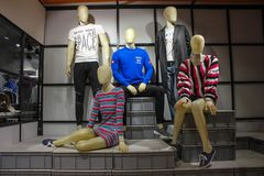 Maschio e manichini femminili di modo occidentale casuale visualizzato in un negozio di vestiti fotografia stock libera da diritti