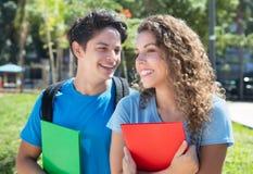 Maschio e studentessa nordamericani sulla città universitaria Immagini Stock